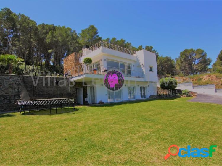 Preciosa villa de diseño moderno en venta en Javea