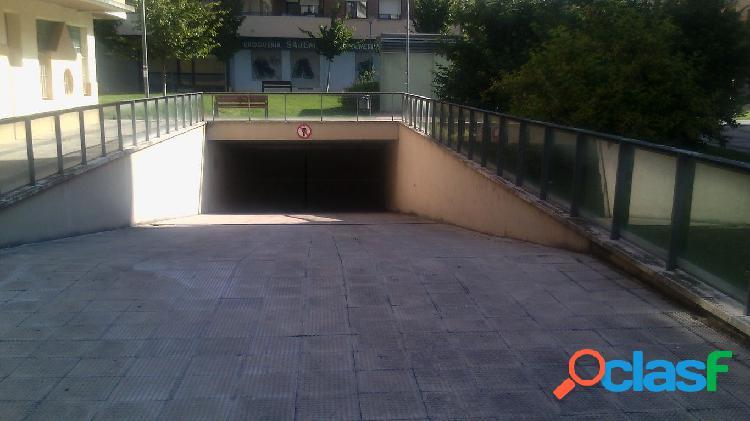 Se alquila amplia plaza de garaje en zona Iturrama
