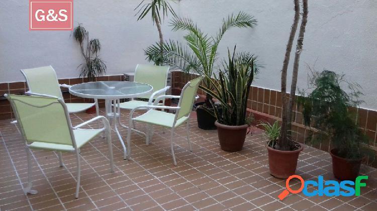 Se alquila precioso apartamento con terraza en pleno centro