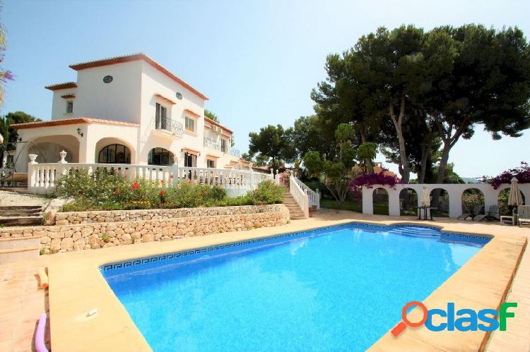 Se vende en Moraira, amplia casa de estilo mediterráneo con