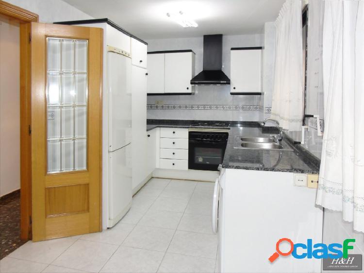 Se vende estupendo piso en Zona Eixereta. / HH Asesores,