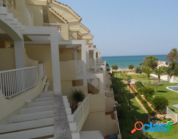 Se vende ático con vistas al mar en 1 línea de playa en