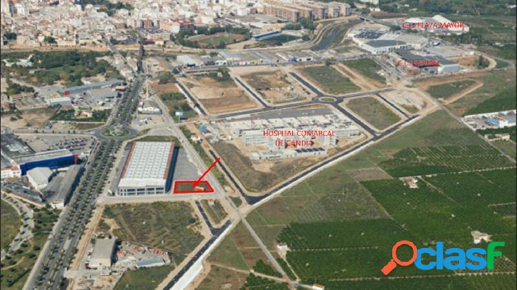 Terreno destinado a edificación de uso comercial junto