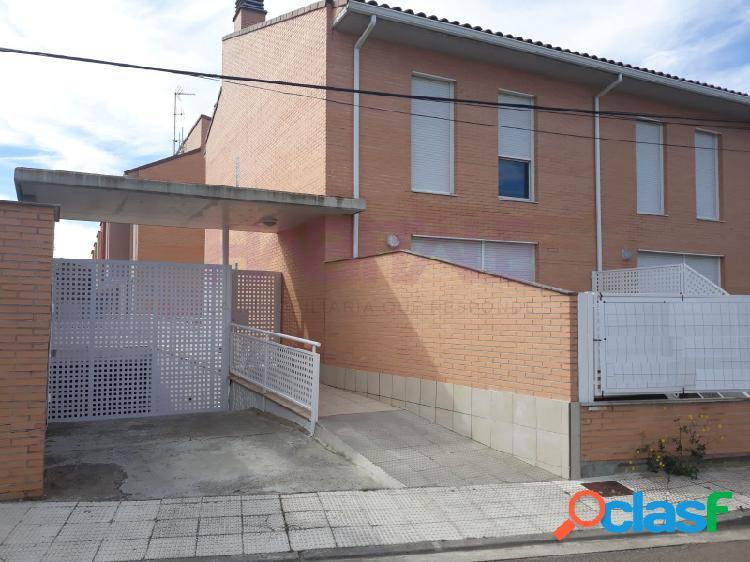 Venta Adosado en Nuez de Ebro. Cuatro dormitorios, jardín.