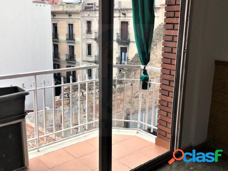 Coqueto piso de 85 m2 en El Raval en una plaza tocando a las