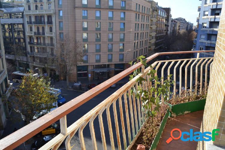 Piso en calle Diputació con Viladomat. De 4 habitaciones y