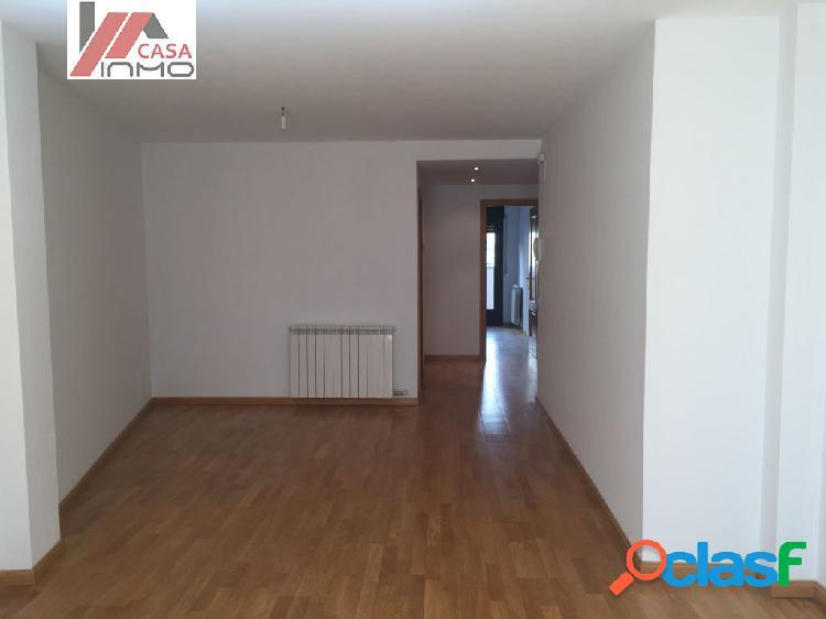 Se alquila piso semi-nuevo sin muebles en el Centro de