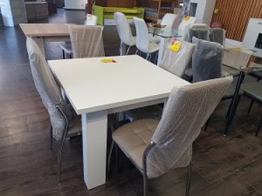 Mesa cuadrada de libro y sillas nuevas