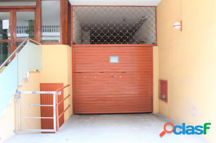 Céntrica plaza de aparcamiento en garaje cubierto.