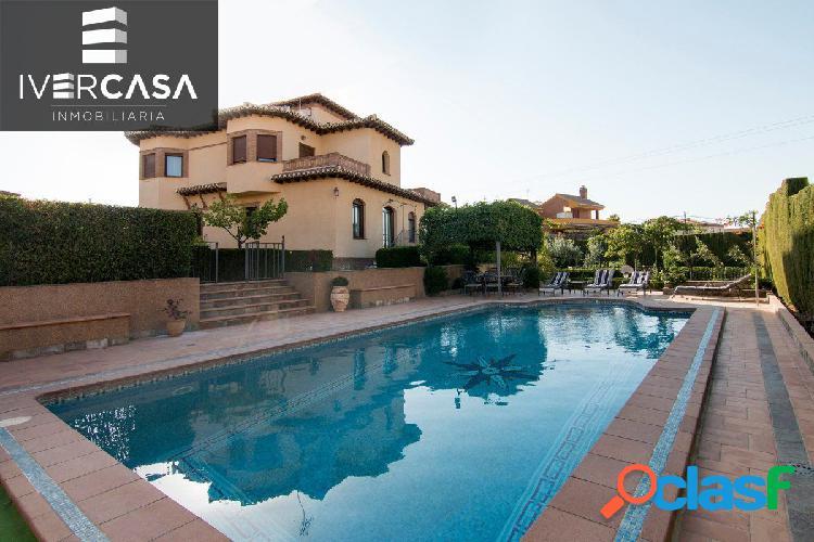 Magnífica vivienda tipo chalet con piscina y jardín