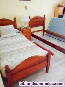 Se venden 2 camas de madera maciza y mesita noche