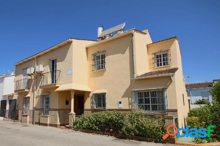Bonita Casa Adosada con cinco habitaciones en Urbanización.