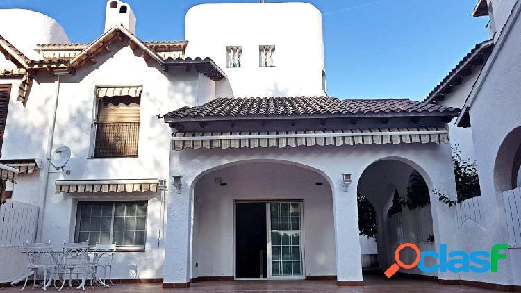 ¡Fantástica casa apareada totalmente reformada ya