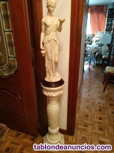 Pareja de esculturas clásicas en marmolina
