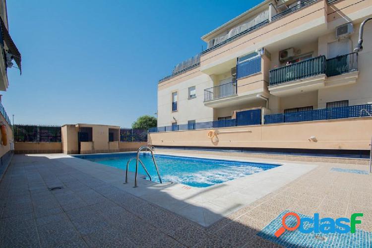 Piso en residencial privado con piscina comunitaria.