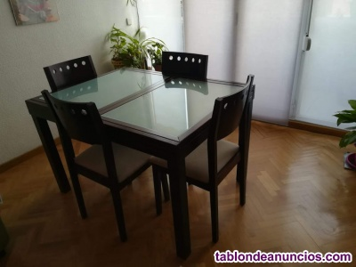Mesa comedor, y sillas estantería, escritorios y cama