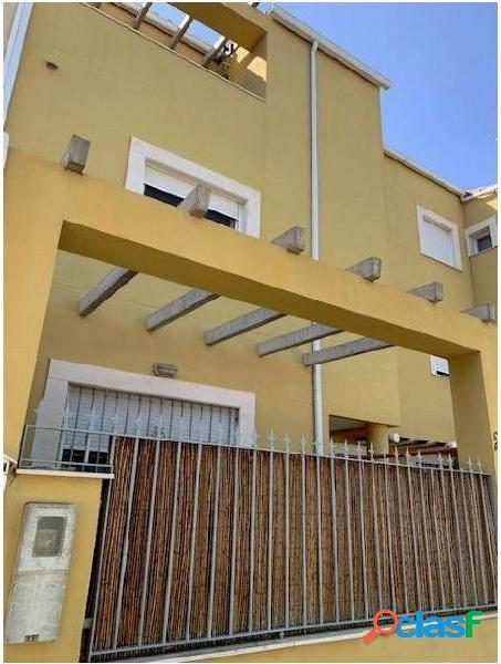 Se vende casa adosada con 4 habitaciones, 2baños, aseo y