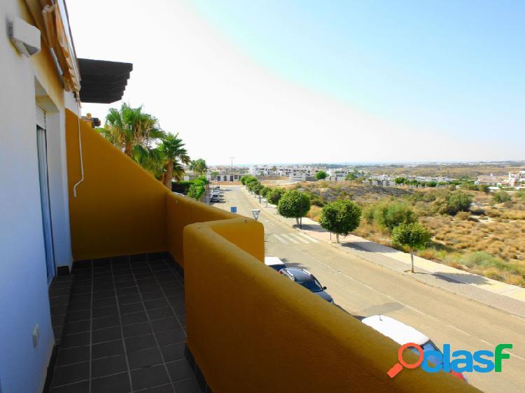 Apartamento en urbanización privada con piscina y zonas