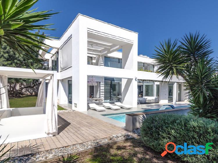Villa moderna de diseño contemporáneo con piscina en una