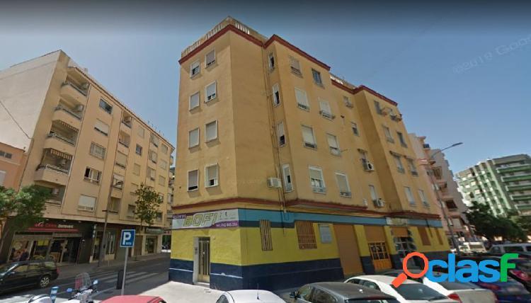 Piso de 3 dormitorios en última planta en calle Xeresa,