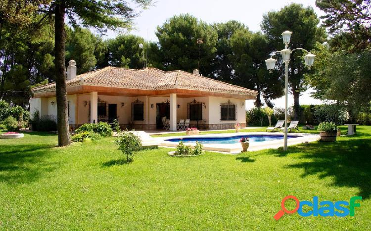 Casa con jardín y piscina en Urbanización El Portón