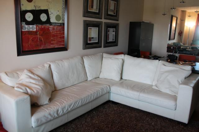 Sofá blanco de piel con módulos separables