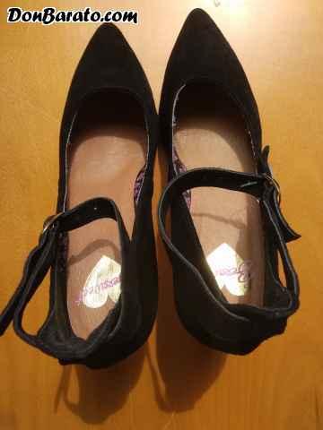 Zapatos de señora de terciopelo negro con tacón