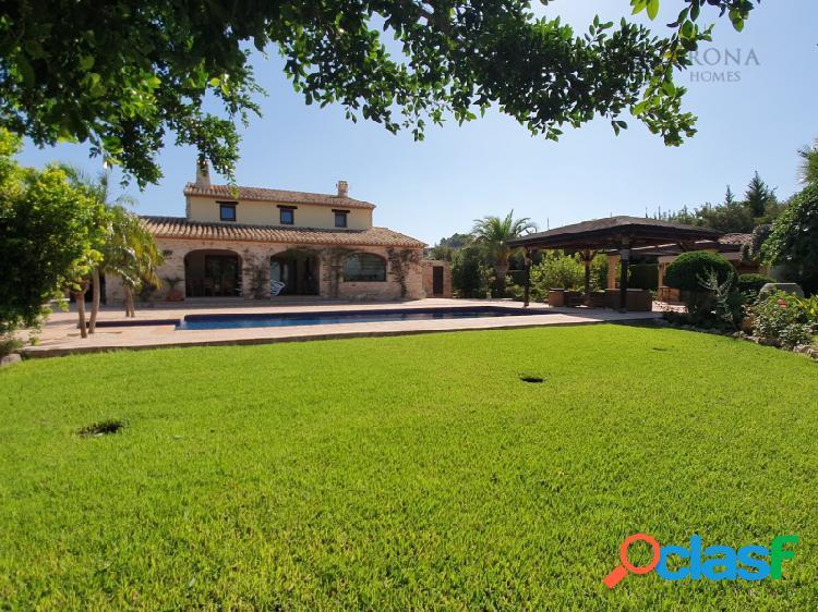 #1460 Esta villa en estilo Rustico está ubicada en una