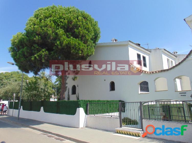 Casa adosada esquinera en Cunit Playa, Cunit, Tarragona.