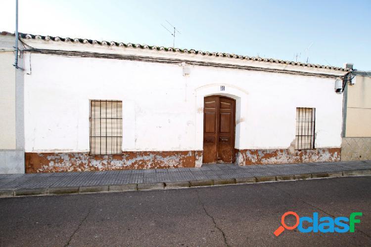Amplio solar en el centro de Puebla de la Calzada y con