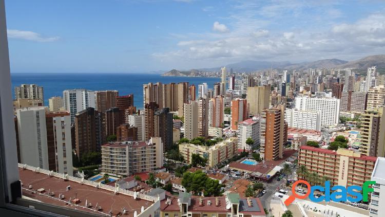 Apartamento con vistas magníficas al mar y Benidorm.