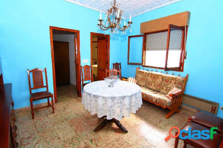 Apartamento en venta de tres habitaciones en el pueblo de