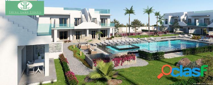 Planta baja con jardin en residencial con piscina