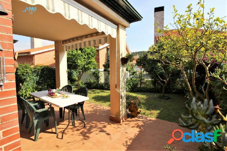 Espléndido bajo con jardín en urbanización de Mortera.