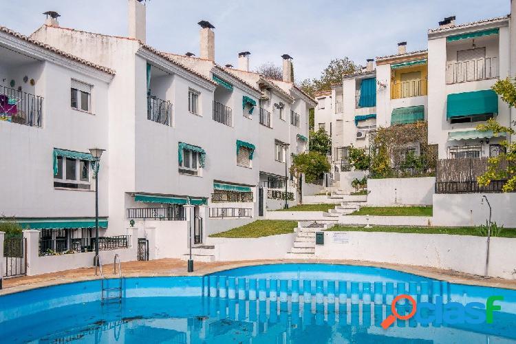 Adosada en el Barrio de la Vega Monachil.