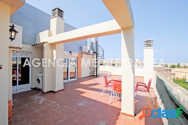 Ático con gran terraza con vistas despejadas cerca de la