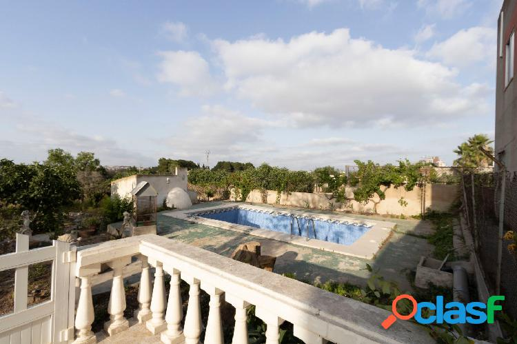 Se vende casa con piscina en la zona del Rosalar