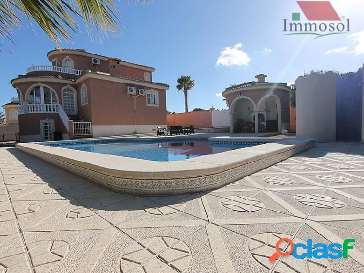 Chalet independiente con piscina privada a la venta