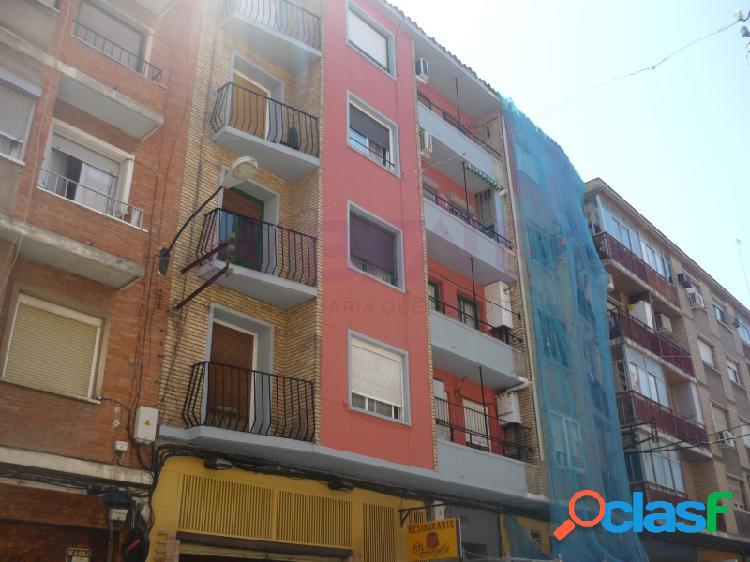 Piso a la venta en calle Daroca. 4 dormitorios, balcón.