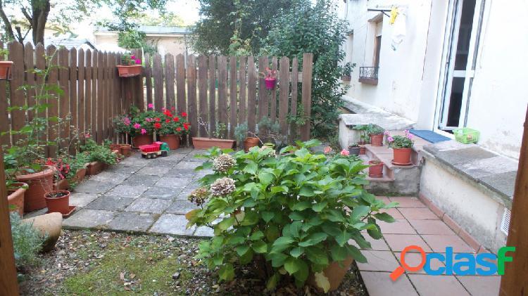 Bonito y acogedor bajo con jardín en la Chantrea.