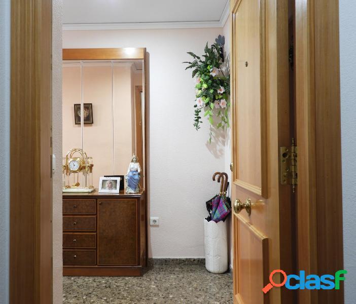 Se vende piso con 4 habitaciones y dos baños