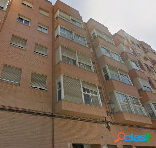 Se vende piso de 116m2 de 4 habitaciones y 2 baños con