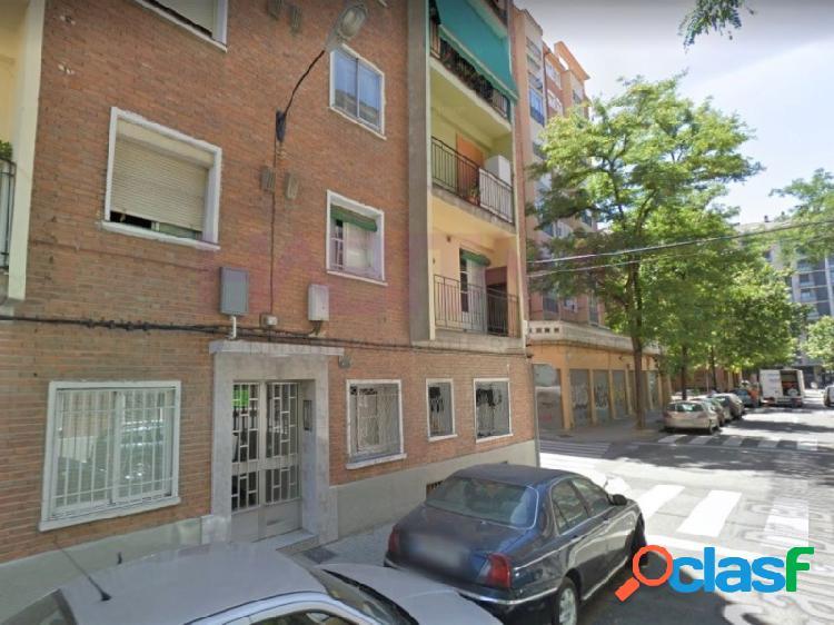 Se vende piso totalmente reformado y exterior en la zona del