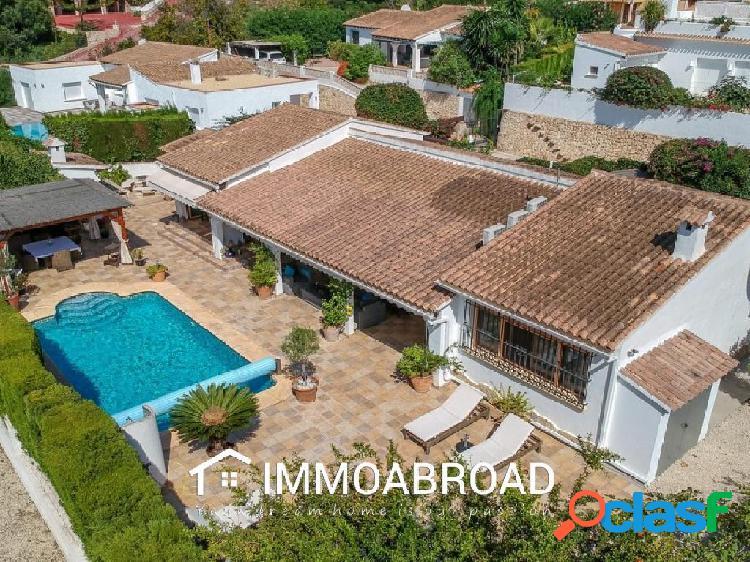 Chalet en venta en Moraira con 5 dormitorios y 3 baños