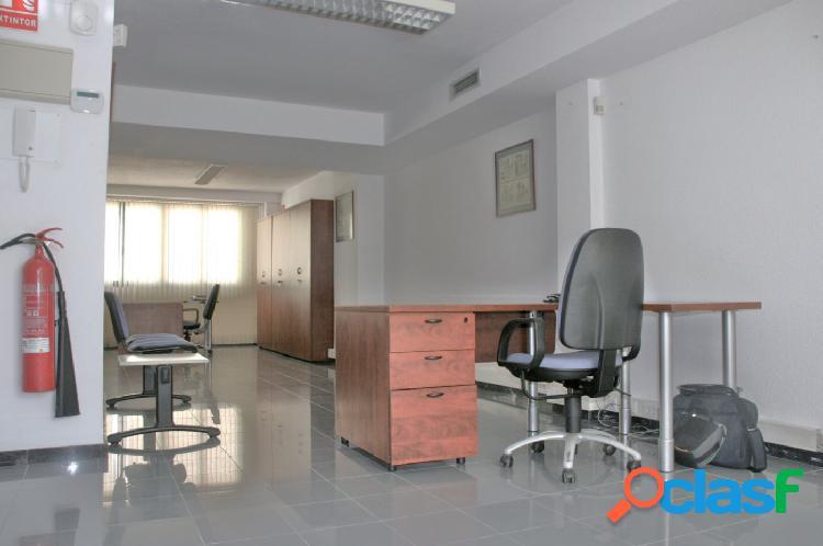 Oficina ideal con mobiliario completo para actividad