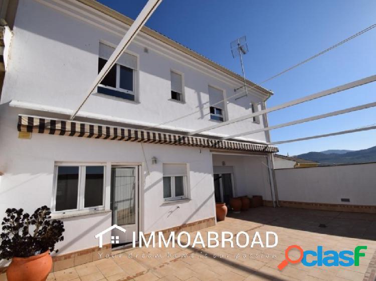 Casa en venta en Moclín con 4 dormitorios y 3 baños