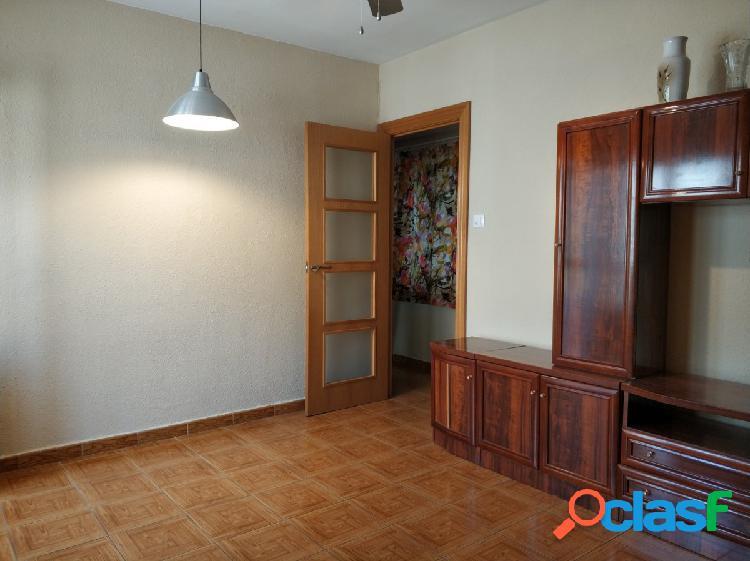 Piso reformado de tres dormitorios, salón, cocina y baño.