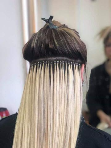 Se ponen extensiones de pelo