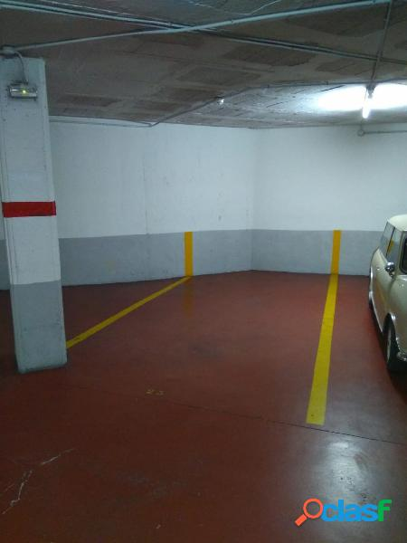 Amplia plaza de parking en el centro