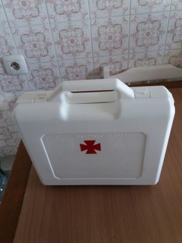 Botiquín portátil color blanco de 30 x 30 y 9 cms. de